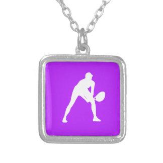 Púrpura del collar de la silueta del tenis