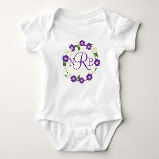 Púrpura del monograma de la guirnalda de la flor camisas