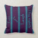 Púrpura del monograma en la almohada rayada del