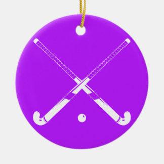 Púrpura del ornamento de la silueta del hockey adorno navideño redondo de cerámica