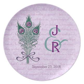 Púrpura del recuerdo del boda y plumas del pavo re platos de comidas