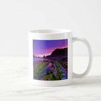 Púrpura escarpada de la salida del sol taza clásica