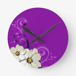 Púrpura floral moderna de Curlicues que remolina Reloj Redondo Mediano