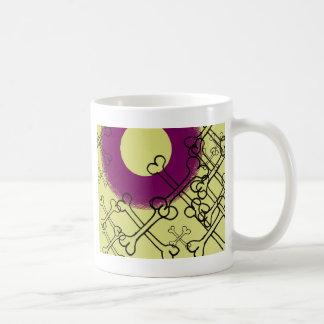 púrpura gótica del cráneo y de los huesos taza de café