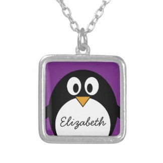 púrpura linda del pingüino del dibujo animado collar plateado