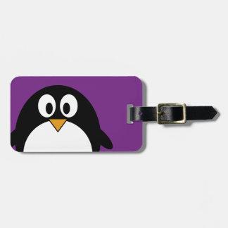 púrpura linda del pingüino del dibujo animado etiquetas maletas