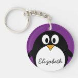 púrpura linda del pingüino del dibujo animado llavero redondo acrílico a una cara