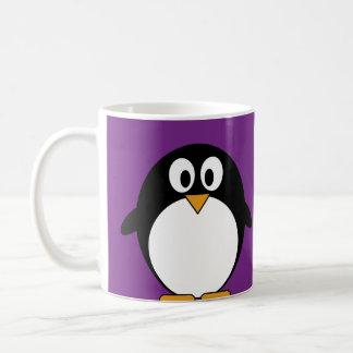 púrpura linda del pingüino del dibujo animado taza clásica