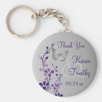 Púrpura, mariposas florales grises que casan favor llavero redondo tipo pin