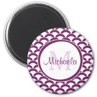 Púrpura moderno y el blanco hornea el monograma y imán redondo 5 cm