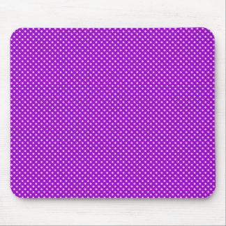 Púrpura neta del modelo con rosa alfombrillas de raton