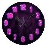 Púrpura oscura con números de neón que brillan int relojes