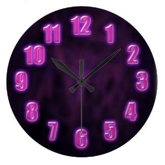 Púrpura oscura con números de neón que brillan int reloj redondo grande