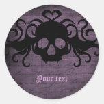 Púrpura oscura fanged gótico lindo del cráneo del etiquetas redondas