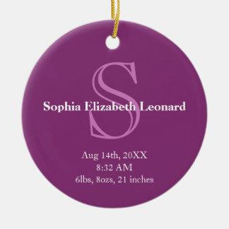 Púrpura recién nacida del recuerdo del monograma adorno navideño redondo de cerámica