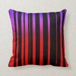 Púrpura roja brillante y rayas negras almohada