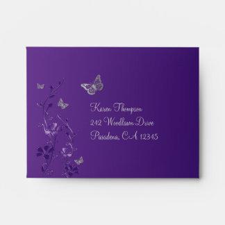 Púrpura, sobre floral gris de la mariposa para