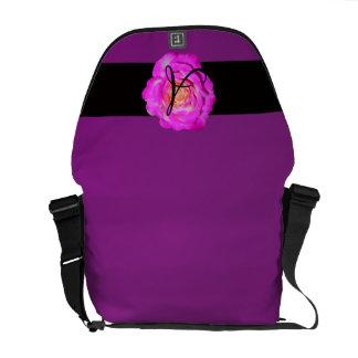 Púrpura subió rosas fuertes del monograma bolsas messenger
