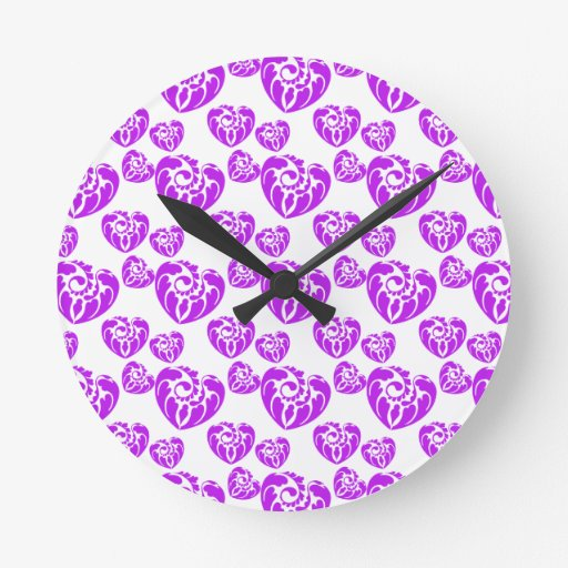 Púrpura tribal del corazón 3 reloj redondo mediano