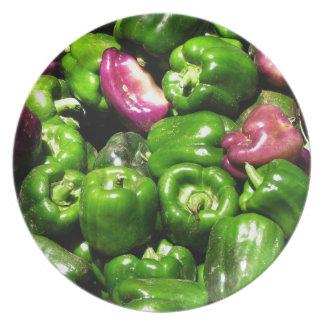 Púrpura verde de las pimientas plato de cena