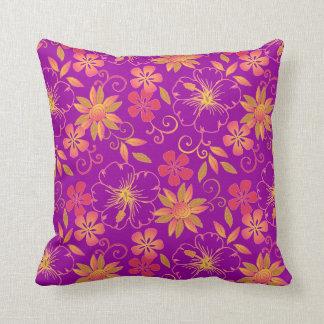 púrpura vibrante de la almohada de tiro de las flo