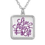 Púrpura viva de la elevación del amor grimpolas