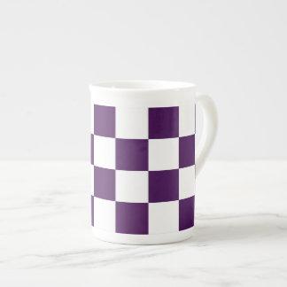 Púrpura y blanco a cuadros taza de porcelana