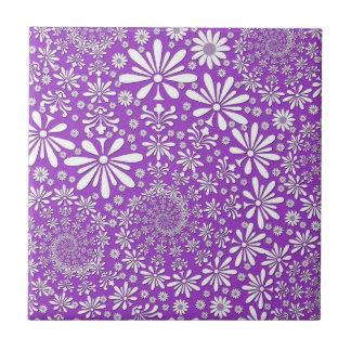 Púrpura y blanco del estampado de flores de la pri azulejo cuadrado pequeño