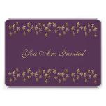 Púrpura y confeti de la flor de lis del oro