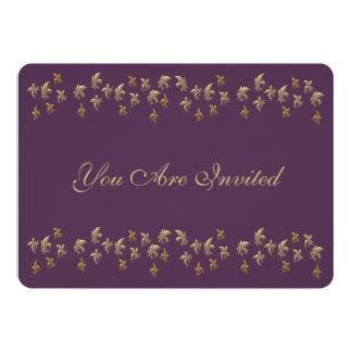 """Púrpura y confeti de la flor de lis del oro invitación 5"""" x 7"""""""