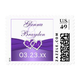 Púrpura y corazones unidos blanco que casan franqueo