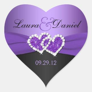 Púrpura y corazones unidos negro que casan al pegatina en forma de corazón
