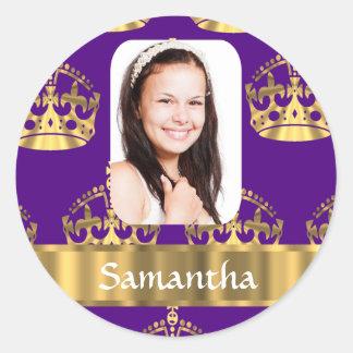 Púrpura y foto personalizada corona del oro pegatina redonda