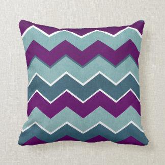 Púrpura y modelo de zigzag del trullo almohada