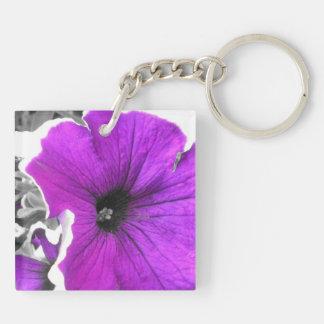 Púrpura y petunias teñidas negro llavero cuadrado acrílico a doble cara
