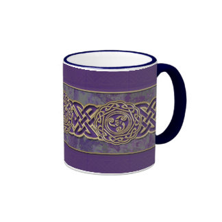 Púrpura y taza céltica de la rueda del oro