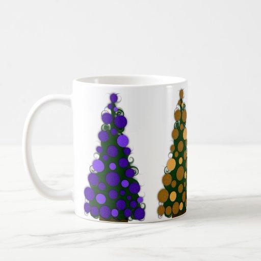 Púrpura y taza coloreada oro del árbol de navidad