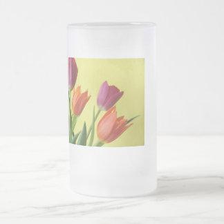 Púrpura y taza del vidrio de los tulipanes de