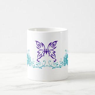 Púrpura y trullo del remolino de la mariposa taza básica blanca