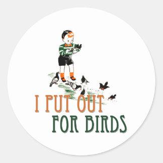 Puse hacia fuera para los pájaros (el niño pegatina redonda