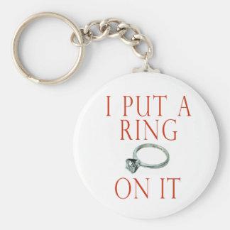 Puse un anillo en él compromiso del novio llavero redondo tipo pin