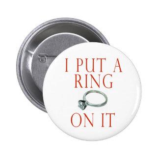 Puse un anillo en él compromiso del novio pin redondo 5 cm