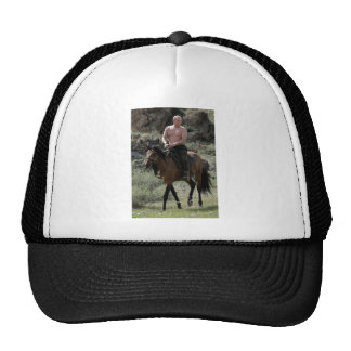 Putin descamisado monta un caballo gorro de camionero