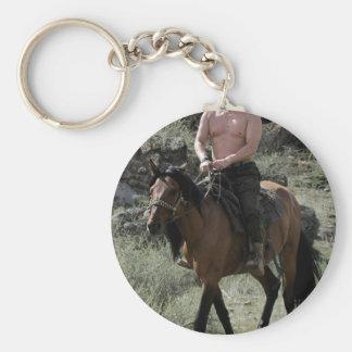 Putin descamisado monta un caballo llavero redondo tipo pin