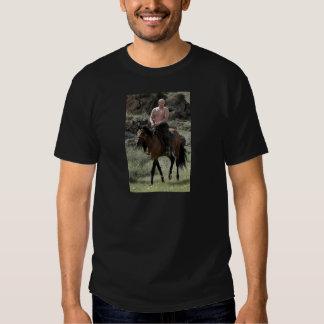 Putin descamisado monta un caballo playera