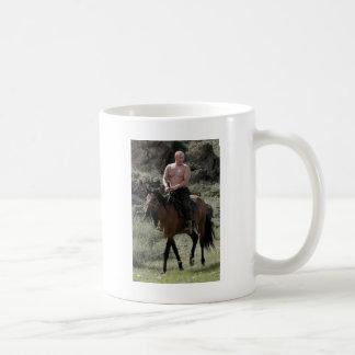 Putin descamisado monta un caballo taza de café