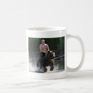 ¡Putin monta un oso! Taza Clásica