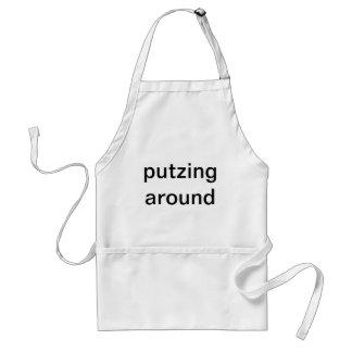 Putzing alrededor con cocinar delantal