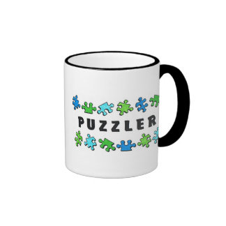 Puzzler con los pedazos del rompecabezas tazas de café