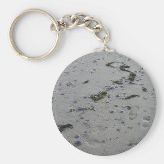 Quallen und Fußspuren am Strand Schlüsselanhänger